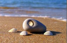 Амулет Куриный бог — камень с дырочкой